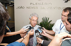 Presidente da CPI falou com jornalistas ao final da sessão fechada