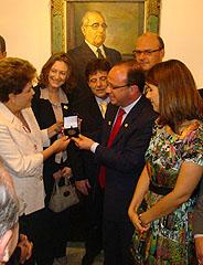 Villaverde entregou medalha e publicação à presidenta Dilma Rousseff